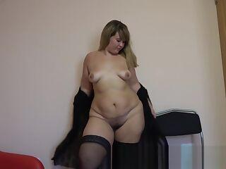 bbw fucks her ass, shakes her big ass!