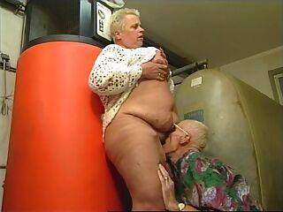Oma vernascht den Heizungs Monteur